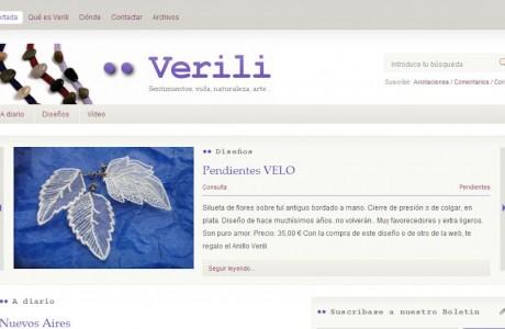 """<a href=""""http://www.verili.es/"""" title=""""Verili"""" target=""""_blank"""">Verili</a> se prepara en la actualidad para pasar a ser una tienda online, utilizando todos los recursos que el e-commerce pone a nuestra disposición, para la venta de los diseños exclusivos de esta marca, todo un mito de la joyería artesanal en nuestro país.  Desde la primavera de 2008 y hasta que sea completada la migración a la nueva web, con diseño y concepto renovado, la actual ha logrado ser a un tiempo escaparate de diseños (nada menos que 1.280 hasta el momento) y diario personal de <a href=""""http://www.verili.es/que-es-verili/veronica-de-sebastian"""" target=""""_blank"""">Verónica de Sebastián</a>, alma de <strong>Verili</strong>.  Funciona con <a href=""""http://wordpress.org"""" target=""""_blank"""">Wordpress</a> y una plantilla original, en la que respetamos, incidimos y potenciamos el diseño original de la marca."""