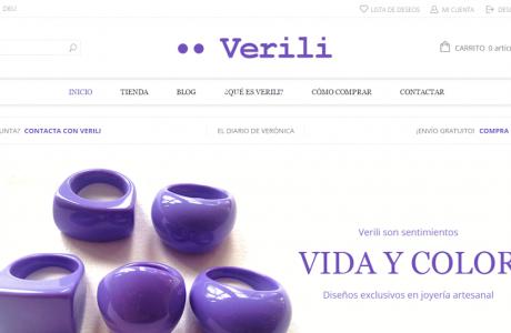 """<a href=""""http://www.verili.es/"""" title=""""Verili"""" target=""""_blank"""">Verili</a> es una tienda online para la venta de los diseños exclusivos de esta marca, todo un mito de la joyería artesanal en nuestro país.  Desde la primavera de 2008 y hasta el verano de 2014, la página web de Verili era un escaparate de diseños (en torno a 1.280) al mismo tiempo que servía como diario personal de <a href=""""http://www.verili.es/que-es-verili/veronica-de-sebastian"""" target=""""_blank"""">Verónica de Sebastián</a>, alma de <strong>Verili</strong>. En la actualidad, la página se ha convertido en una tienda online con los recursos más avanzados, al tiempo que continúa albergando un blog con el diario de Verónica.  Funciona con <a href=""""http://wordpress.org"""" target=""""_blank"""">Wordpress</a> y el módulo <a href=""""https://wordpress.org/plugins/woocommerce/"""" target=""""_blank"""">WooCommerce</a>. Su plantilla intenta potenciar el diseño original de la marca."""